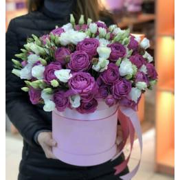 Шляпная коробка с пионовидными розами и эустомой