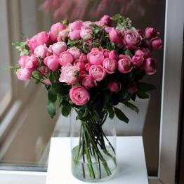 пионовидные розы в вазе