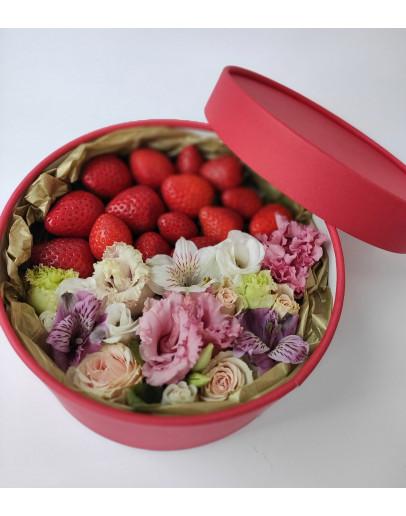 коробка с клубникой и цветами