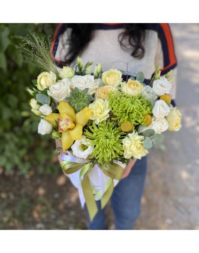 Коробка шляпная с кустовыми Розами и суккулентом