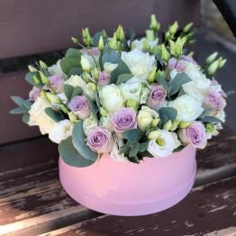 нежная коробка с эустомой и розами