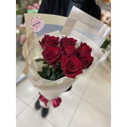 7 роз в стильной упаковке