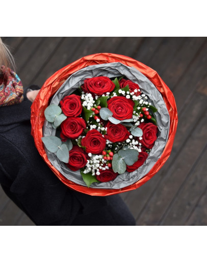 Классический букет с розами и гипсофилой