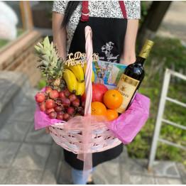 Сборная корзина с вином и конфетами