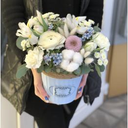 цветы в нежном кашпо
