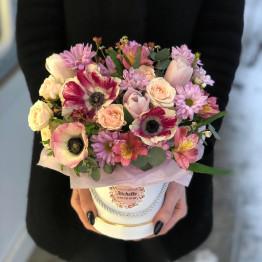 коробка с анемонами и тюльпанами