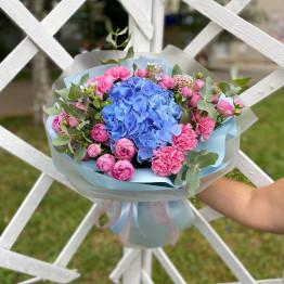 Яркий букет с кустовыми розами и гортензиями