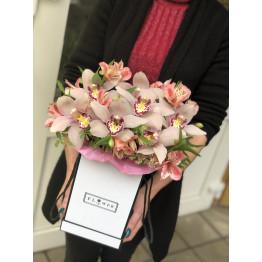 коробка с орхидеями и альстромерией