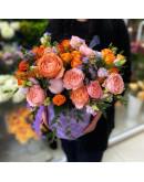 яркая, шляпная коробка с розами и эустомой
