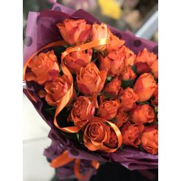 оранжевые розы в стильной упаковке
