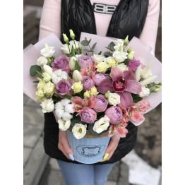 кашпо с цветами в нежных оттенках