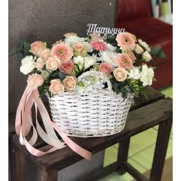 Нежная корзина с розами и эустомой