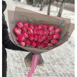 Нежно-розовый букет роз в стильной упаковке