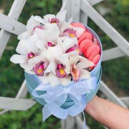 коробка с орхидеями и макарунами