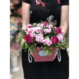 коробка сборная с гвоздикой и розами
