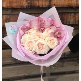 пионовидные розы и орхидеи