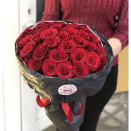 31 красная роза в стильной упаковке