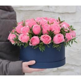 розы в коробке с декоративной зеленью