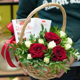 корзинка с розами и рафаэлло